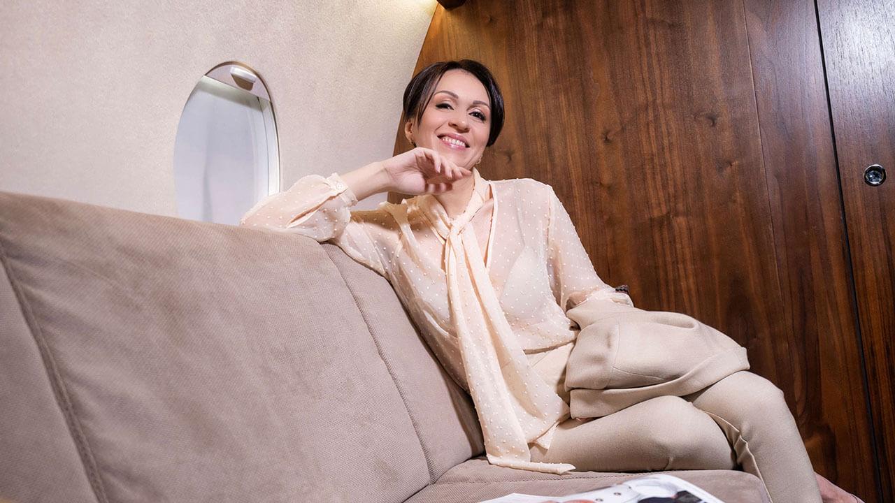 В самолёте на диване